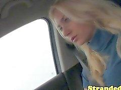 Молодая блондинка Попутчик ощупью кран