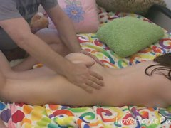Teen Babe erhält eine schöne Ganzkörpermassage