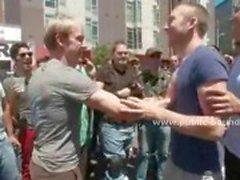 Onderdanig en homoseksuele man wordt geblinddoekt en geneukt in de mond door twee pikken tegelijk