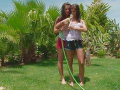 Lesbiennes de Megan est mouillé dans le jardin