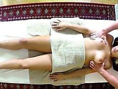 Client mauvaises cogné et frappé à table de massage