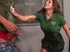 Garota monta um pau maduro