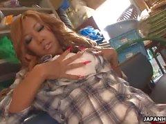 Aasialaisia glam maatilalla girl hankaamalla hänen pillua kurkku