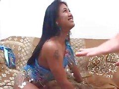 Indiase slet rijdt een pik diep in haar harige kut