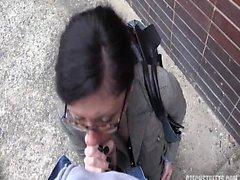 Morena esposa follada fuera en el camino al trabajo