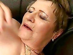 Grand maman est baisée dur sur le divan