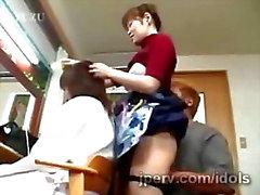 Do cabeleireiro Japão quarentona sendo brincou com enquanto trabalha