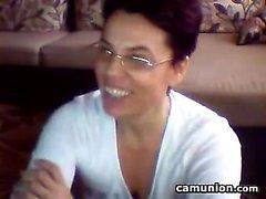 Unartig Großmutter Streifen und reibt sich ihre Muschi