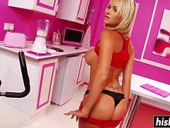 Gebräunte Blondine sitzt auf einer großen Stange