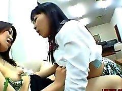 Asyalı Kız öğrenciler Kissing ve yalama birbirinin emiyor