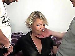 Iäkkäämpi Sofian anaali munaa edessä hänen miehensä