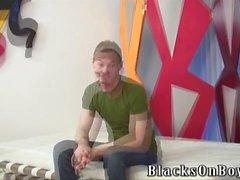 Skoningslös svart dudes delar en dåligt vita killen