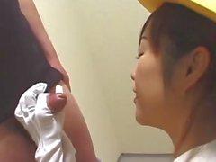 Der japanischen Elevator Handjob mit weißen Handschuhen