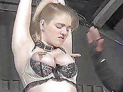 Blonde slave Carlyn Raes karhea suihin sekä sidottuna