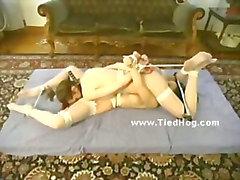 Dos hermosas mujeres están ligados e vendado azotar de dos hombres dominan