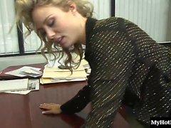 Charly Monroe ist eine lange, blonden Sekretär , whos Verschleiß