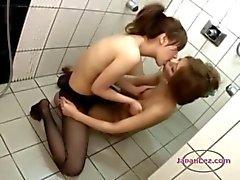 2 Aziatische meisjes In panty klopte wrijven tieten zoenen In de douche
