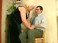 Fett rysk Grandma och hennes unge älskare