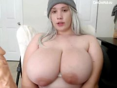 GIGANTIC BOOBS BBW GIRL TEEN CAM sucer un gode pt