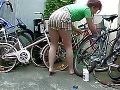 Mädchen erreichen in Westen - Geiler Fahrradfahrer Spielzeuge ihre haarigen Votze