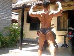 Indonesiassa Bali Päällirakentajien Sexy Muscle Poseeraa