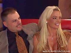 Sexy Blondes Swinger Frau Misshandelte