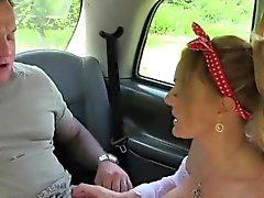 Büyük göğüsleri taksi şoförü kamuda berbat ve berbat