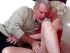 Blondes Ältere Galater bekommt ihren Arsch knallte