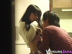 Adolescente asiático fica dedos