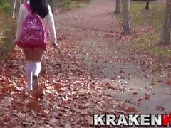 Krakenhot - Симпатичная провокационная школьница в парке