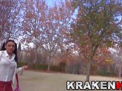 Krakenhot - Colegiala provocativa linda en el parque