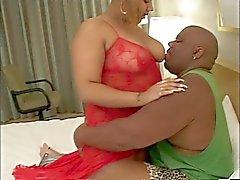 Dev gibi göğüslü iç çamaşırlarıyla kocaman kalın siyah kız onu adamın sikini emmek bayılır