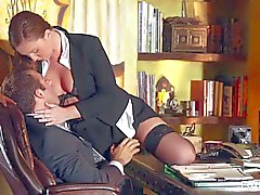 Reizvoller Sekretär des Maddys Oreilly dreht ihren Chef auf