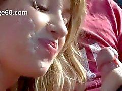 Kaunis nuori tyttö savu munaa autossa