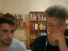 Итальянский Cute Shy друзей Показать их в нагретом круглых Батс на вебкамеру