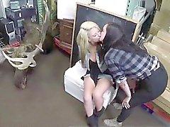 Casal lésbico beijando filmado por de penhor caixa