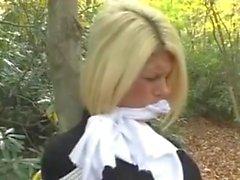 Blondine am Baum