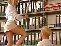 Cool Russische Blonde is fucked op kantoor