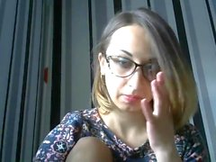 Hermosa chica con gafas de puño fácilmente su coño