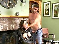 brunette Maîtrisé en cuir veste droite suce son cock Maîtres