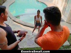 ExxxtraSmall - Joven pequeña adolescente chupa folla a dos pollas grandes