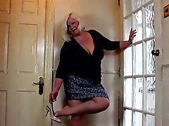 Blonde BBW freut sich