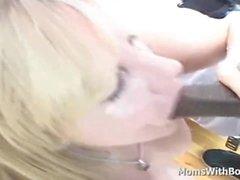 Reife Slutty Blonde Enjoy Sucking einen großen schwarzen Schwanz