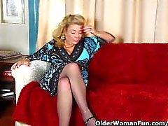 Office-Oma in Strumpfhosen gibt ihre alte Pussy ein Genuss