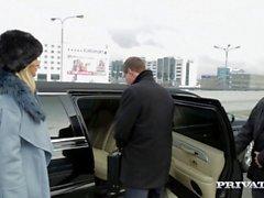 Di Ria Sunn viene distrutta nel back della limousine