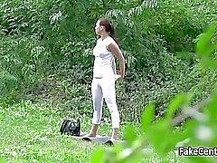 Väärennettyjä agentti nai sinisilmäisiä brunette julkisen puiston