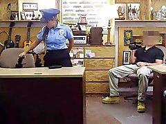 De gros seins Latines policier pilonne en désagréable pion de mec