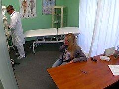 FakeHospital Schwindlig jungen Blondine nimmt Spritzen und beginnt, für Arzt fallen