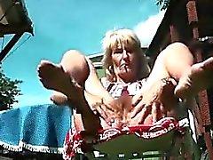 Grandma Blinkt ihre Muschi Freien
