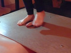 Gallo pisoteando con pies de niñas